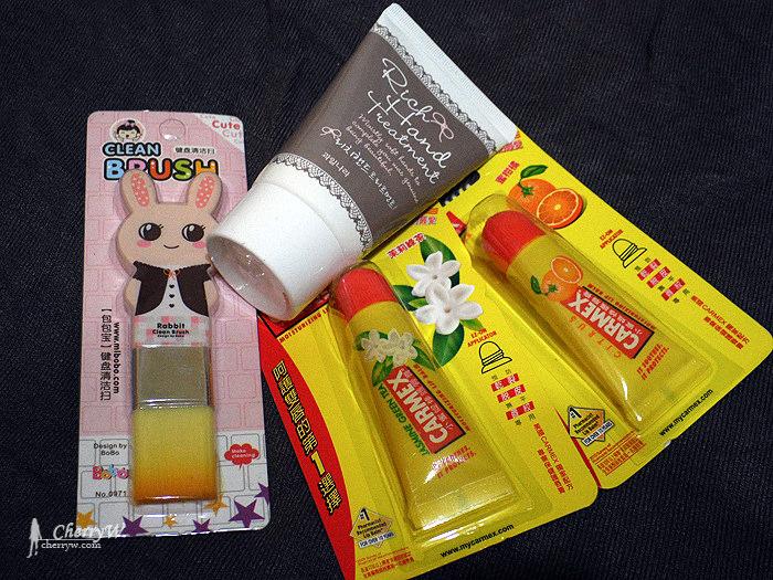 小三美日-小蜜媞護唇膏+Welcos護手乳+造型鍵盤清潔刷.jpg