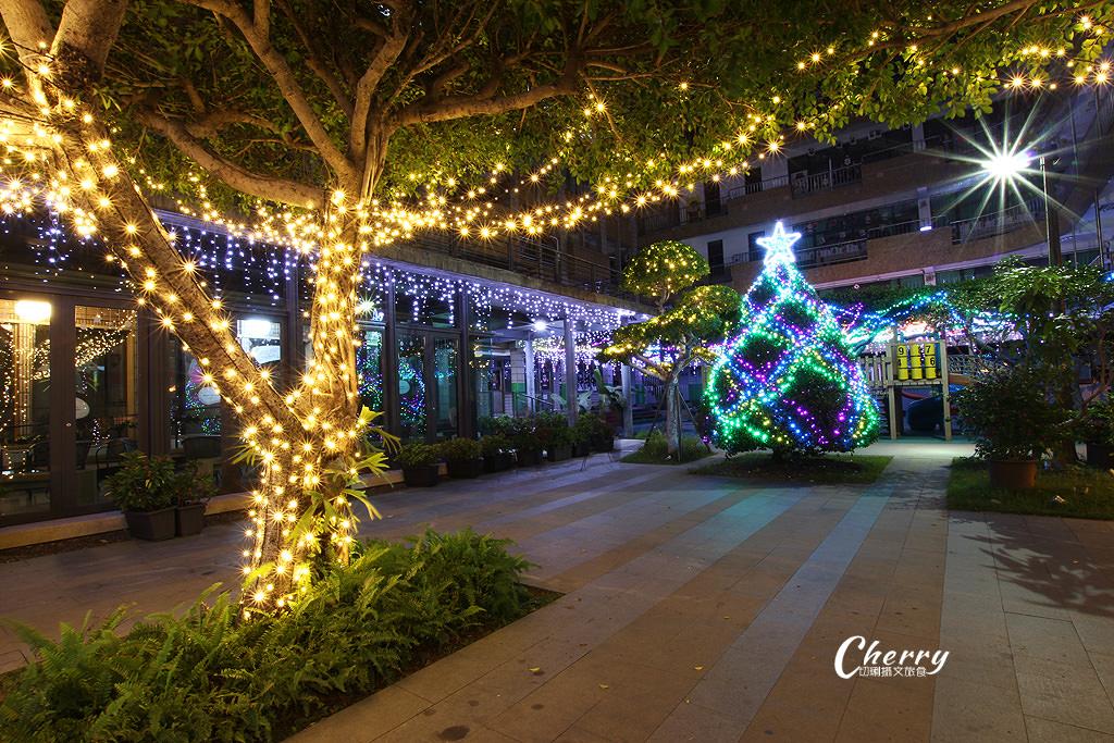 20171206055957_20 高雄 鹽埕教會點燈耶誕,繽紛亮眼多人玩夜拍