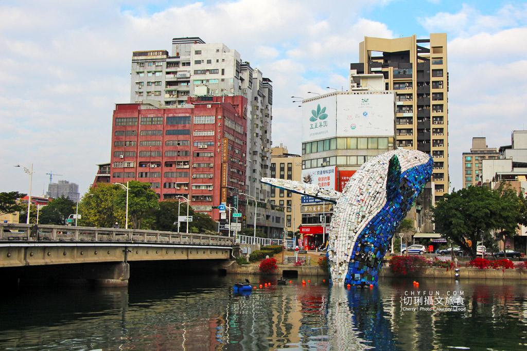20200331012038_53 高雄 愛河愛之鯨躍出水面隨你拍,15噸回收垃圾驚奇創意新意義