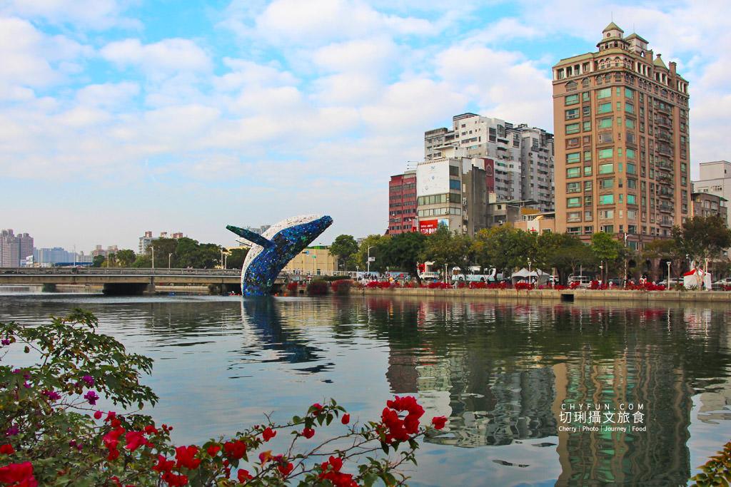 20200331012045_20 高雄 愛河愛之鯨躍出水面隨你拍,15噸回收垃圾驚奇創意新意義