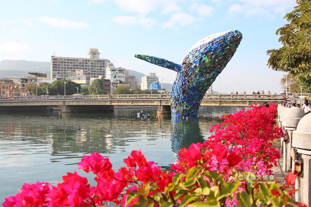 20200331012050_97 高雄 愛河愛之鯨躍出水面隨你拍,15噸回收垃圾驚奇創意新意義